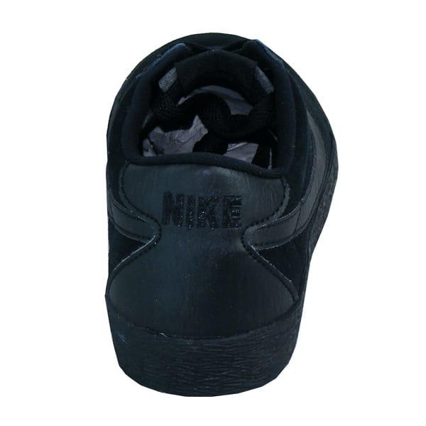 mit verstärkter Ferse und aufwendig gestickten Nike Schriftzug