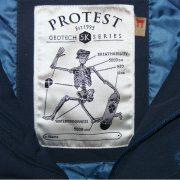 besonderes Protest Label
