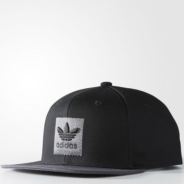 Gestickter Adidas Schriftzug mit Logo auf der Vorderseite
