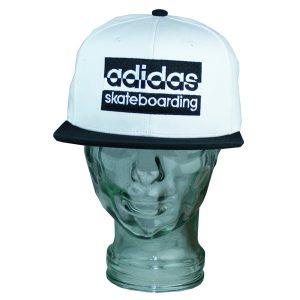 Aufwendig gesticktes großes Adidas Skateboarding Logo auf der Vorderseite