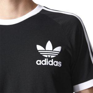 Aufgedrucktes Trefoil Logo links auf der Brust