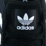Adidas Logo Sticker auf der Zunge