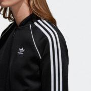 3-Streifen an den Ärmeln und ein Trefoil Logo auf der Vorderseite stehen für authentischen adidas Style