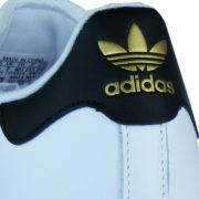 """Schriftzug """"Adidas"""" in gold an der Ferse und Zunge"""