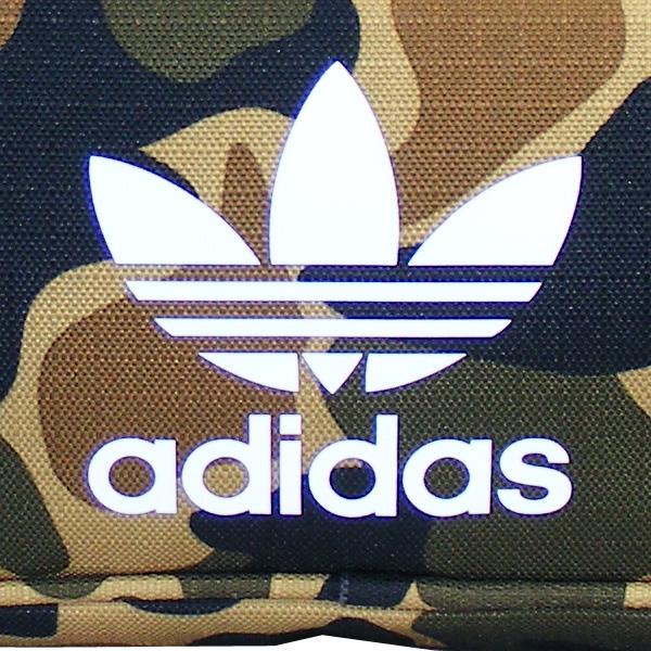 großes weißes Adidas-Logo vorn