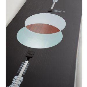 Der Kern besteht aus Holz mit Anteilen von Fieberglas und Carbon
