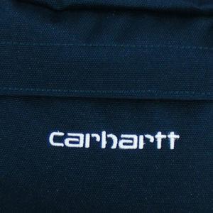 aufwendig gestickter Carhartt Schriftzug auf der Vorderseite
