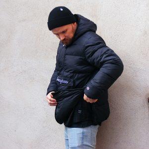 leichteres Anziehen durch Reißverschluss an der linken Hüfte