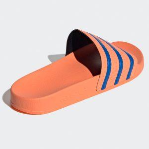 Logo Adidas an der außenen hinteren Fersenseite