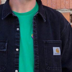 quadratisches Etikett auf der Brusttasche